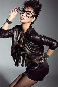 扶眼镜半蹲的黑衣短裙美女