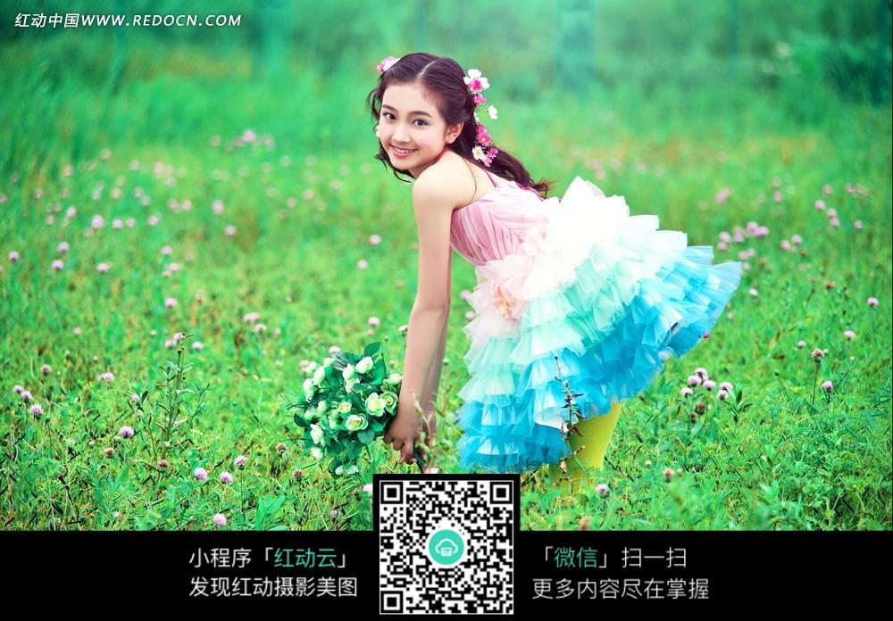 花丛中的女孩写真摄影图片