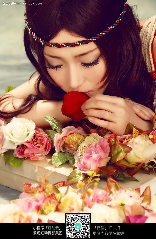 亲吻花瓣的美女