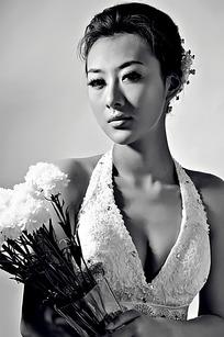 手拿白色花朵的美女写真