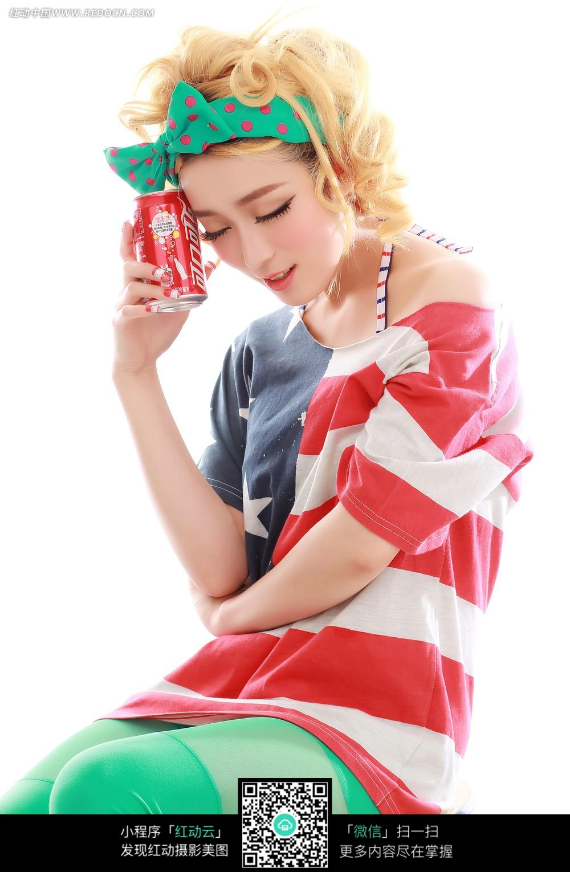 手拿可乐闭着眼的蝴蝶结美女图片