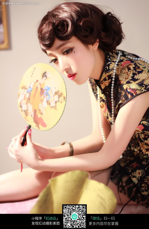 手拿扇子的美女图片 新人情侣图片