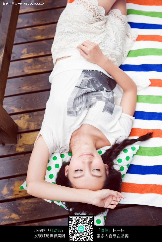 躺着休息的长发美女图片