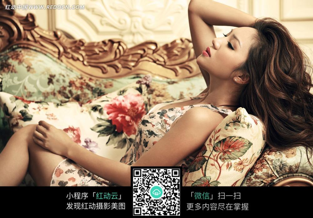 躺坐在沙发上的长发美女图片
