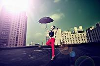 天台上撑伞的美女写真摄影