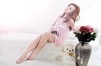 鲜花和坐着的美女写真摄影