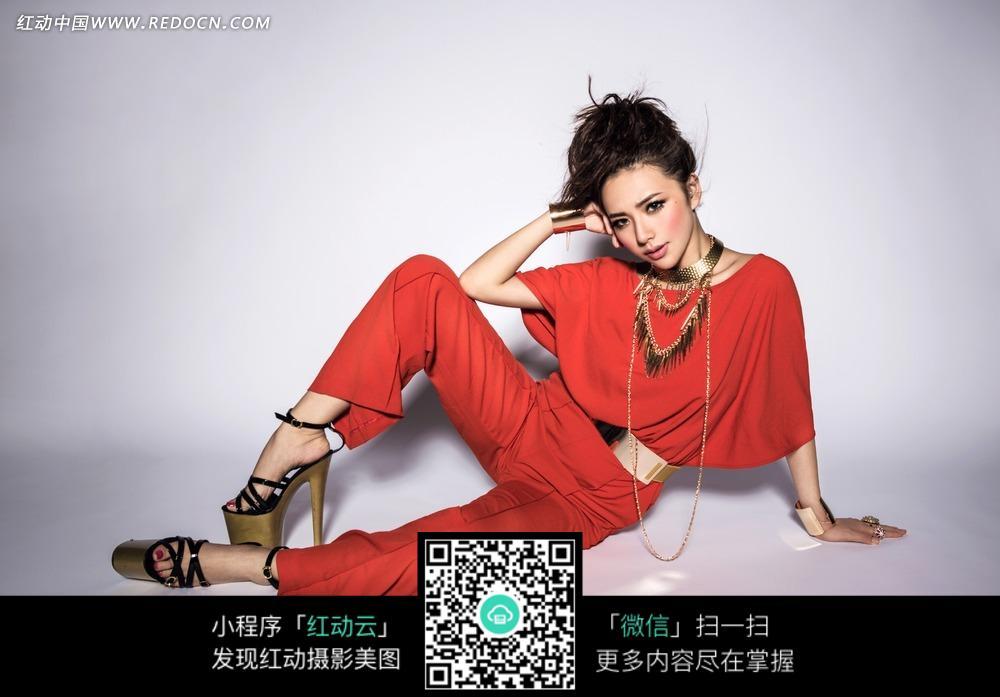 坐在地上的红衣美女图片