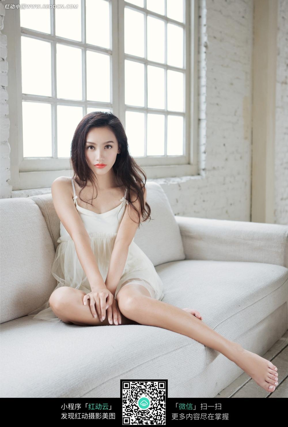 坐在沙发上的长发美女图片