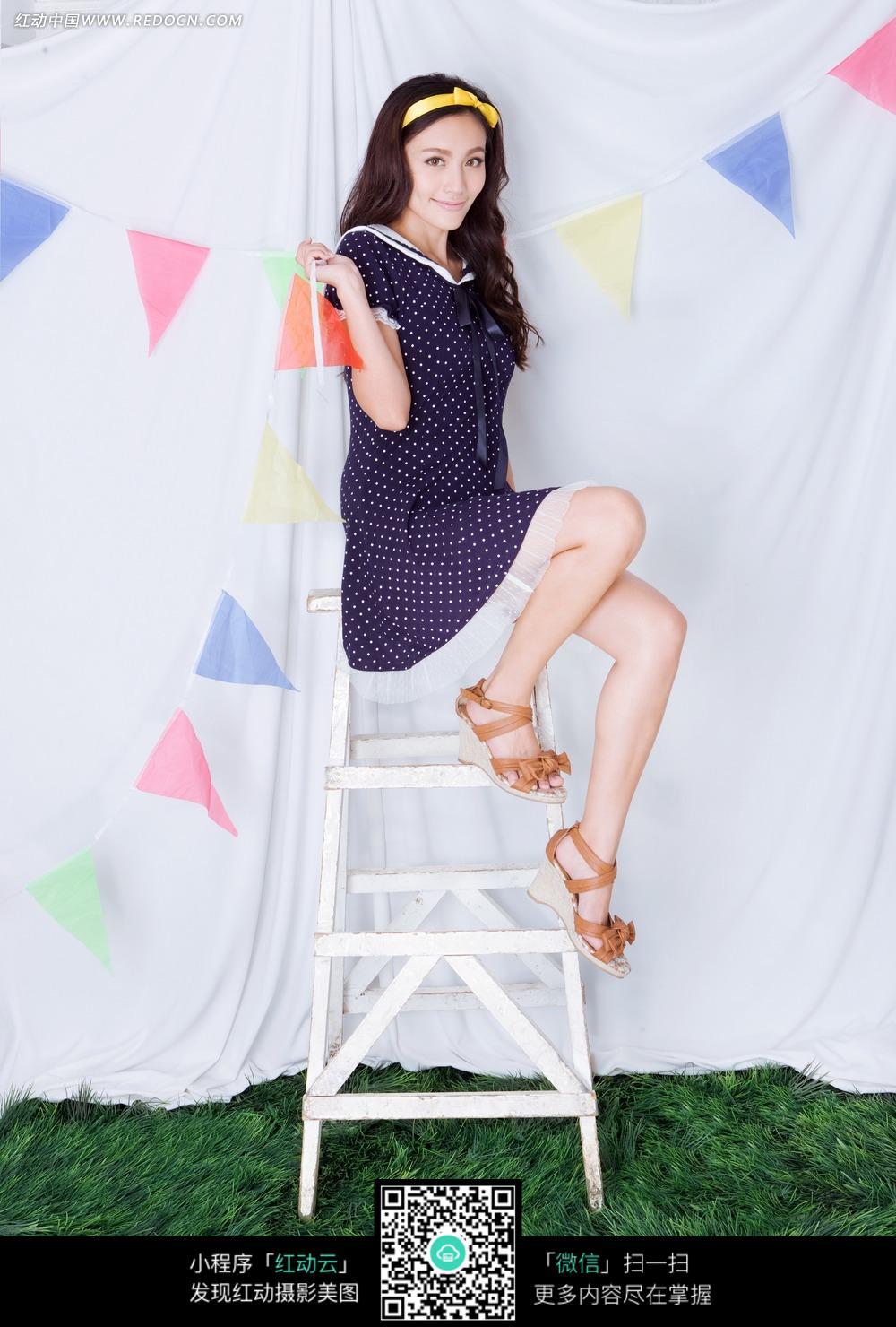 坐在梯子的长发美女图片