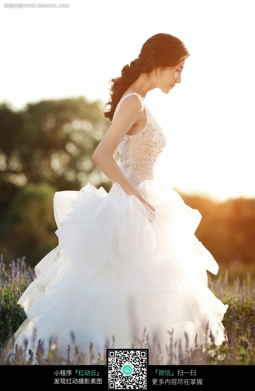 白裙美女婚纱摄影图片