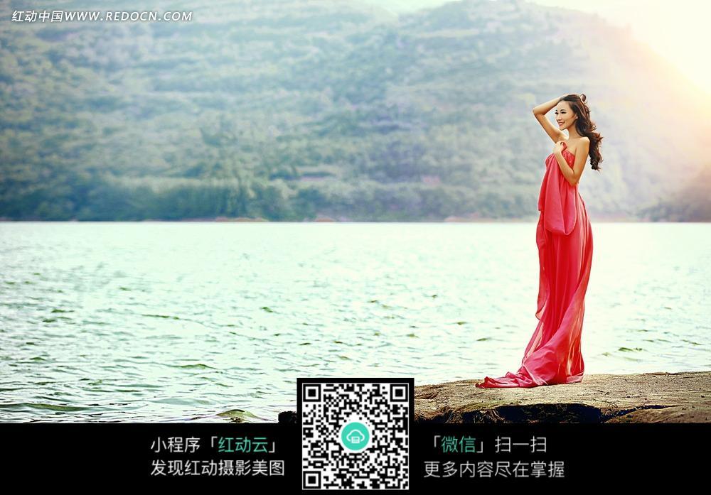 海边的红裙美女婚纱摄影图片