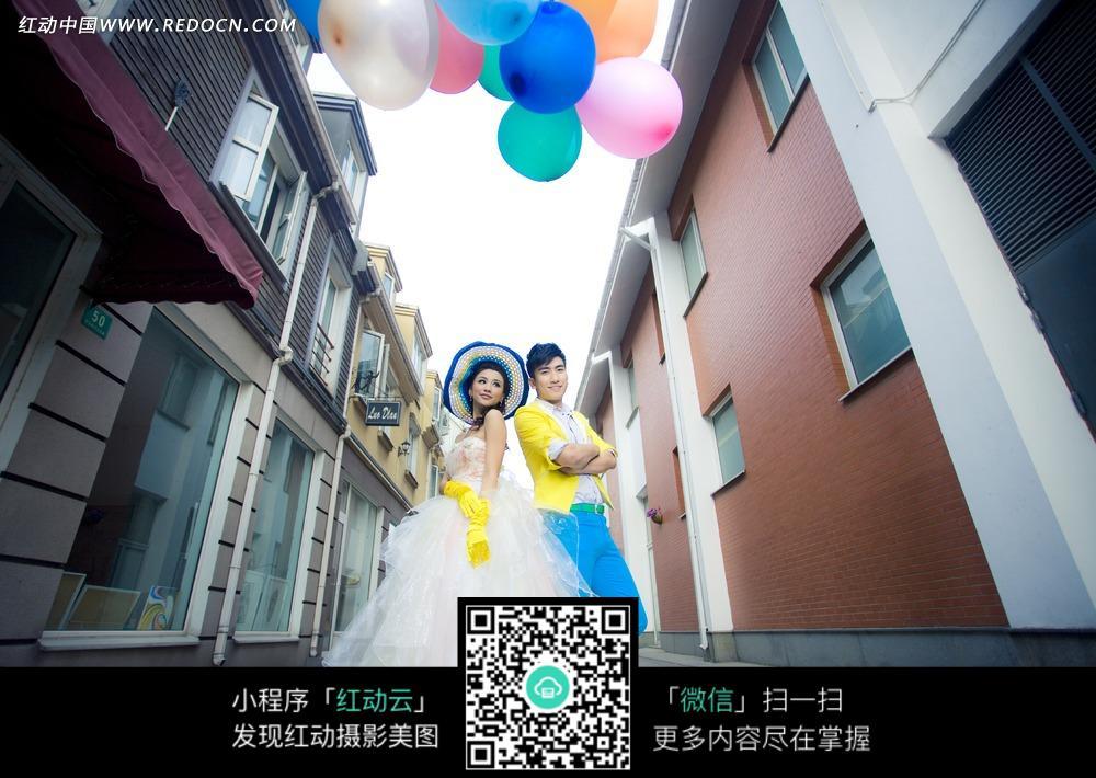 拿彩色汽球的情侣婚纱写真