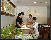 女人选购珠宝玉器视频