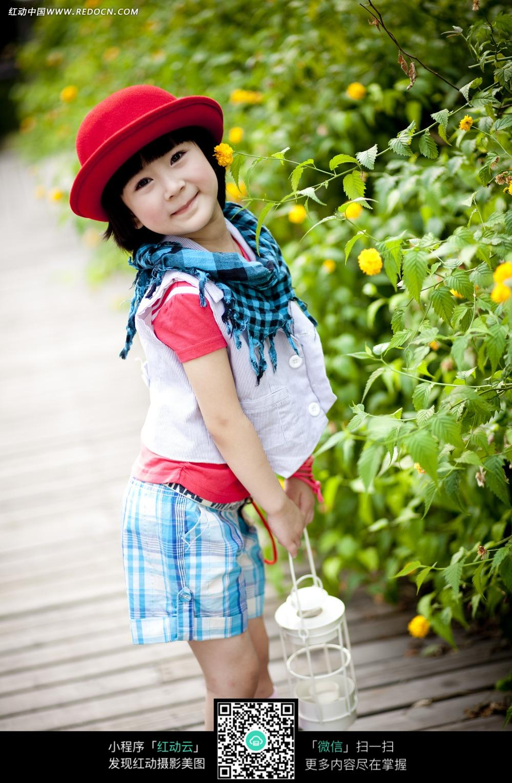 俏皮带红色帽子的儿童写真