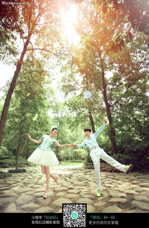树林中快乐牵手的情侣写真摄影图片免费下载 编号3102653 红动网图片