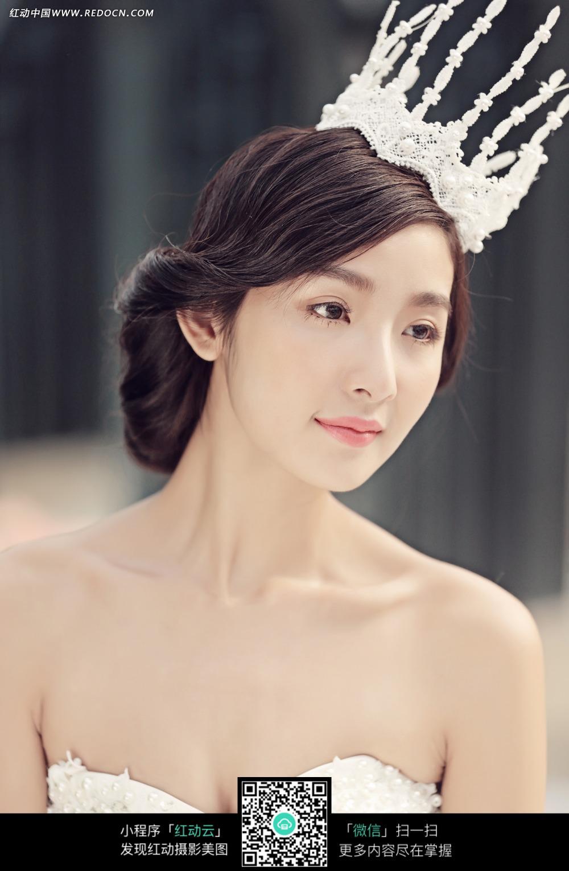 头戴皇冠的美女婚纱摄影