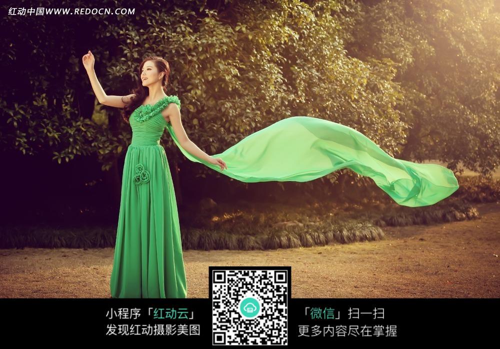 招手的绿裙美女婚纱摄影图片