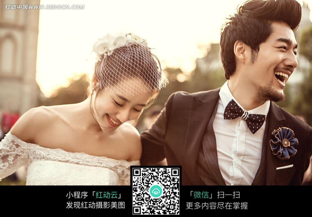 美女和帅哥笑的很灿烂的情侣婚纱