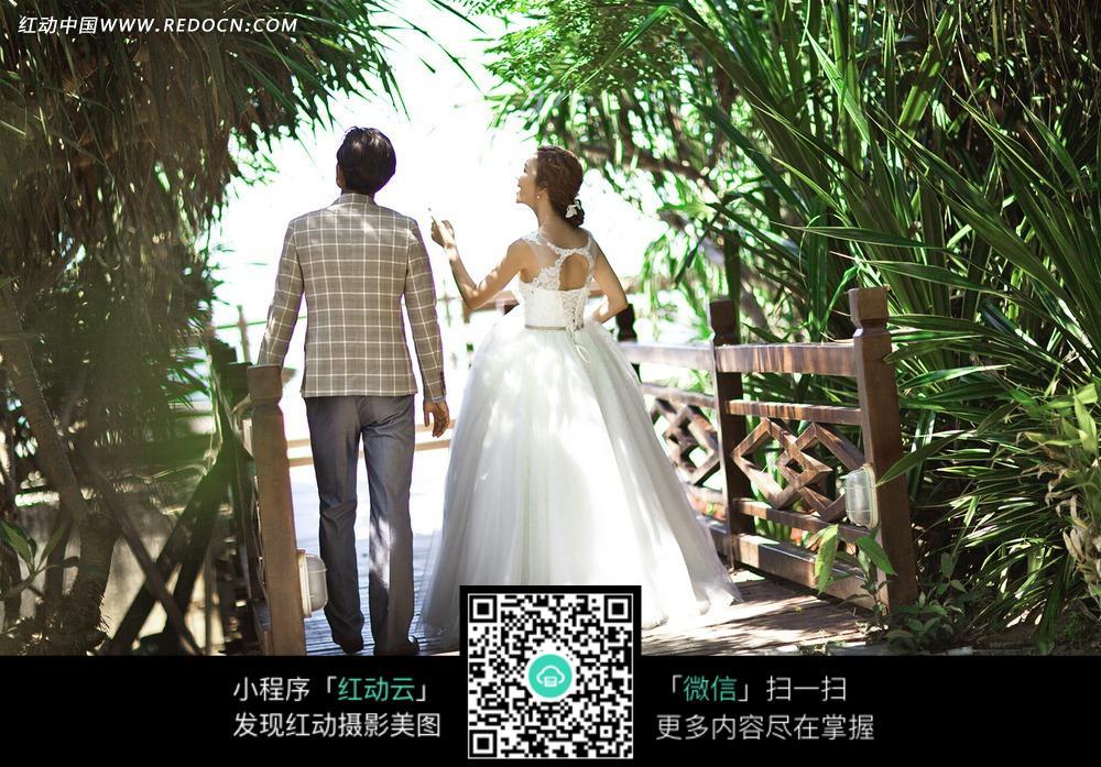 木桥和情侣背影婚纱摄影图片