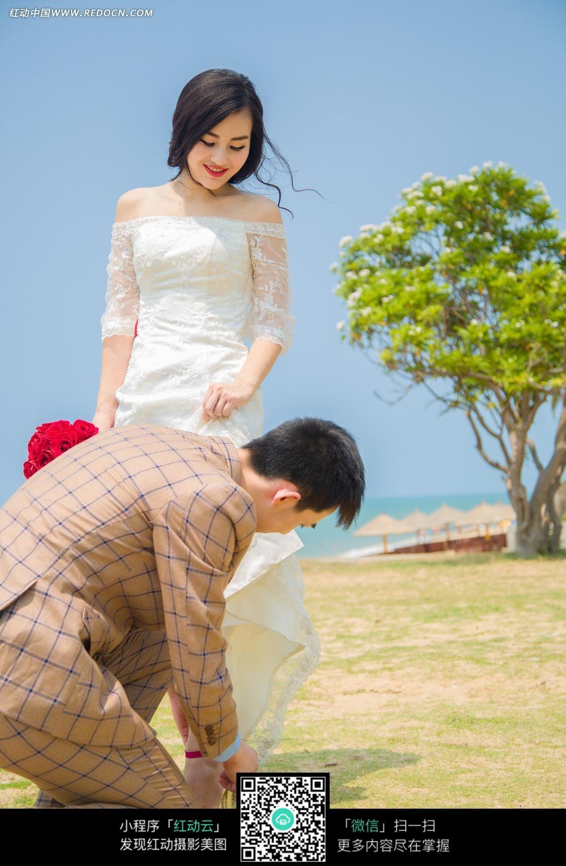 给美女穿鞋子的男士婚纱摄影