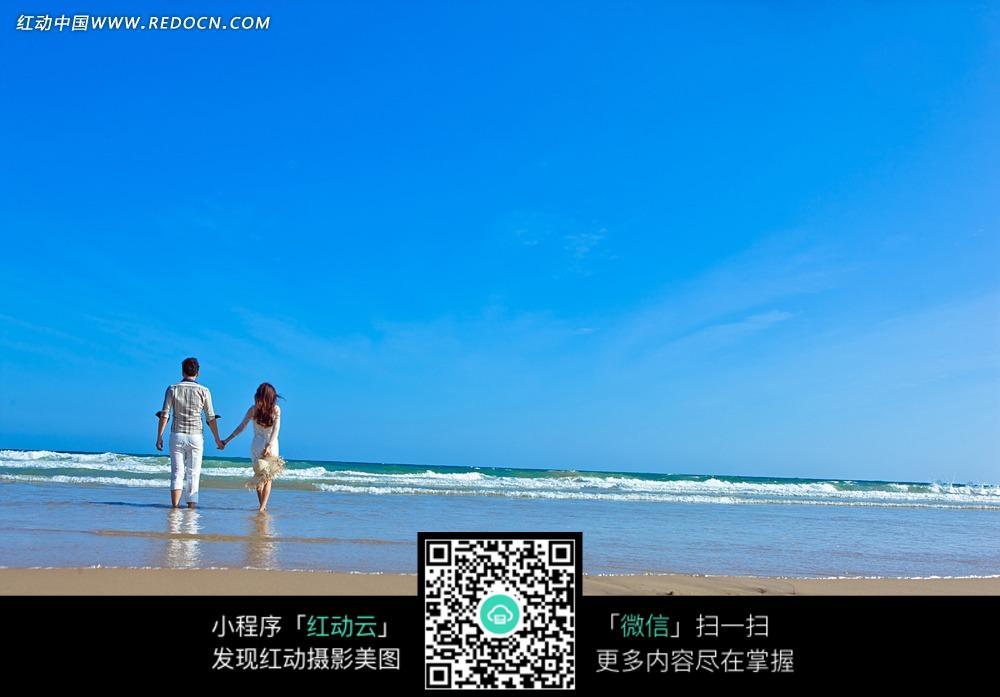 海边牵手的情侣背影婚纱摄影