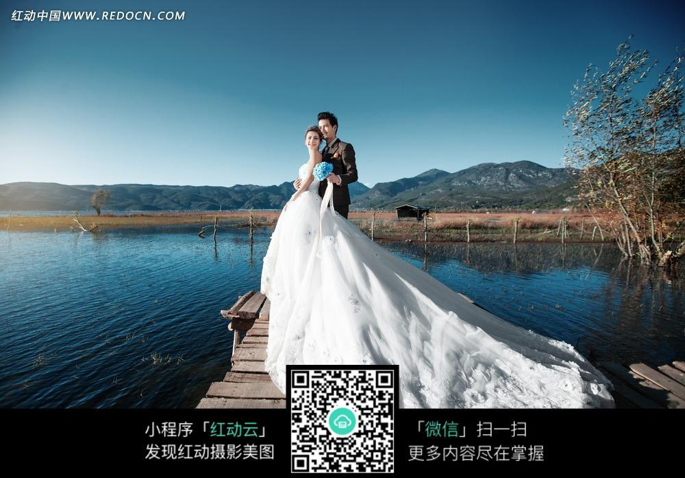 湖边拥抱的情侣婚纱摄影