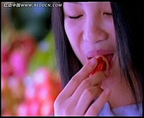 拿着荔枝张口咬的长发美女视频