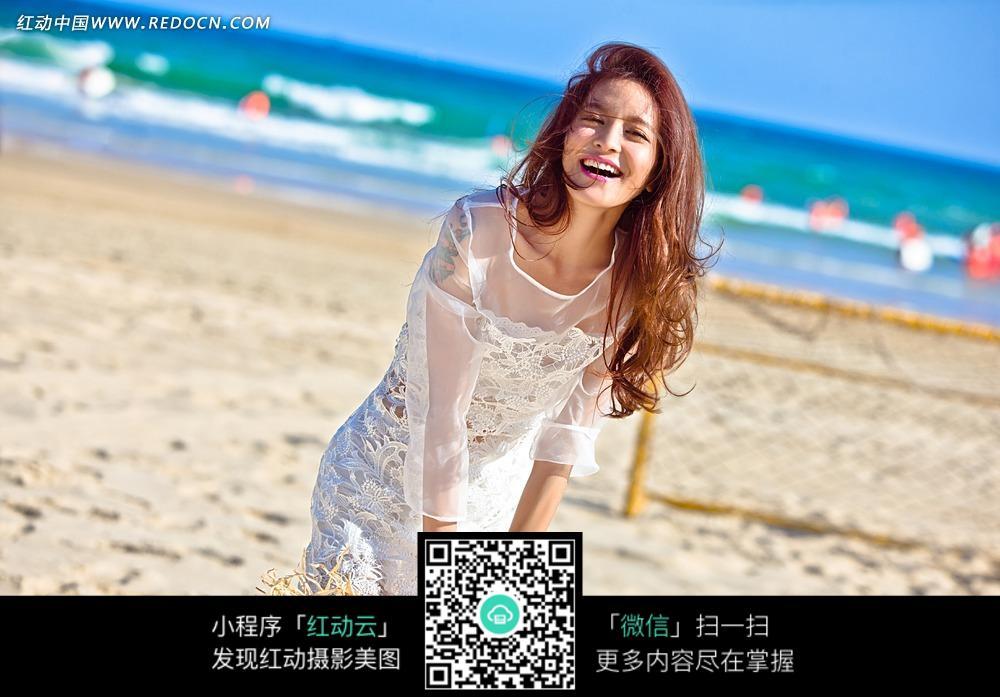 meinvxiezhen_沙滩上微笑的美女写真摄影
