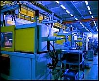生产车间人运作机器的视频