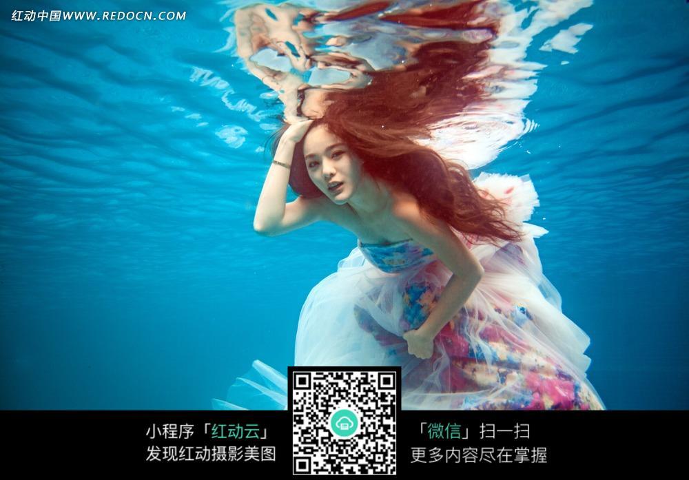 水中的长发美女婚纱摄影图片
