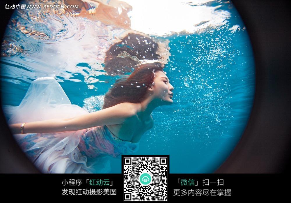 水中的美女婚纱摄影图片