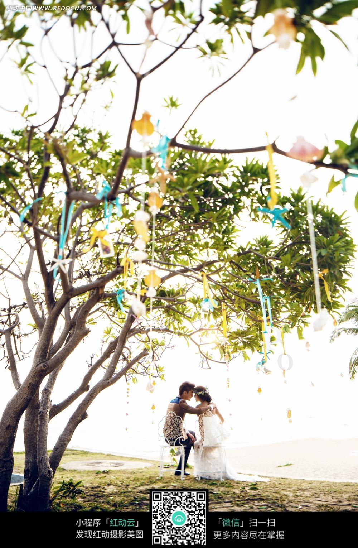 免费素材 图片素材 人物图片 新人情侣 坐在树下的情侣婚纱摄影