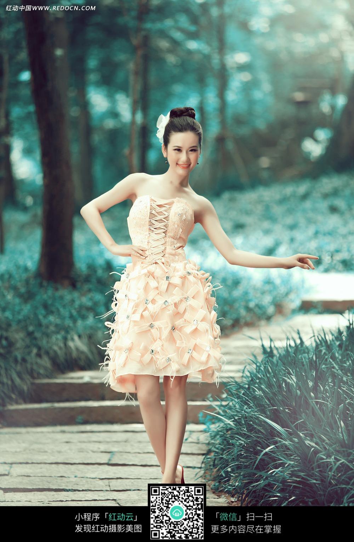 穿裙子的美女婚纱摄影
