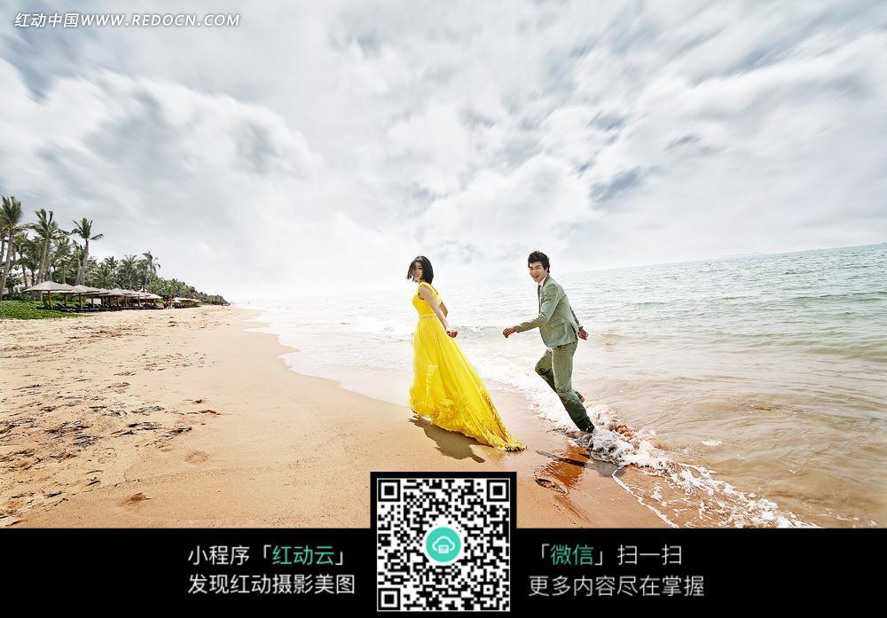 海边奔跑的情侣婚纱摄影