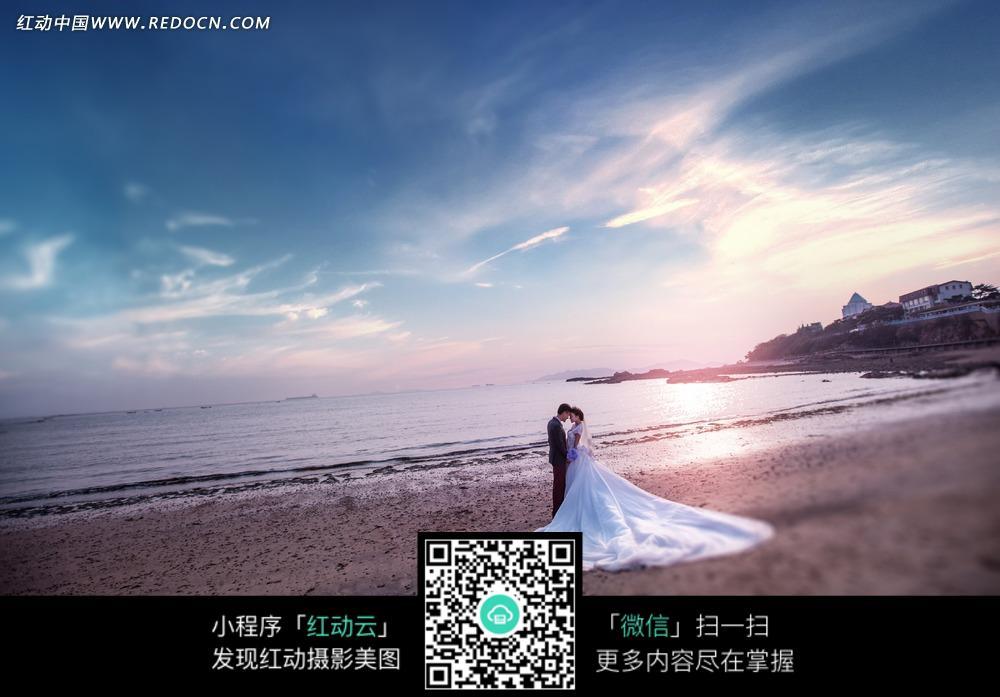 海边拥抱的情侣婚纱摄影