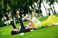 一对情侣躺在人造草坪上