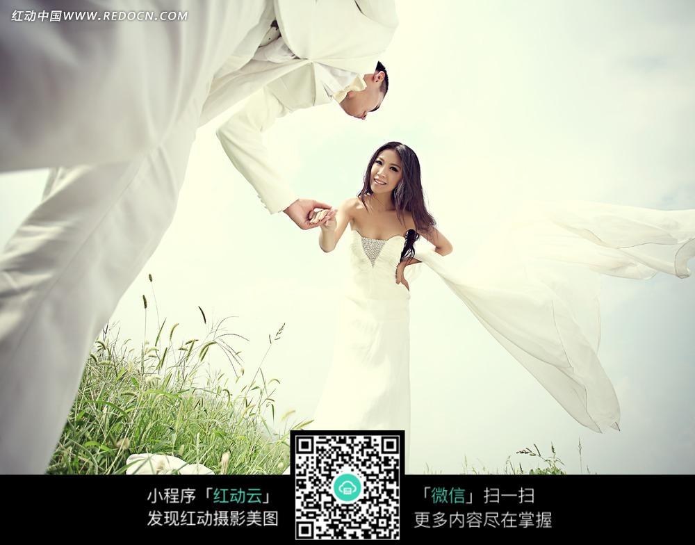 手牵手的情侣婚纱摄影图片