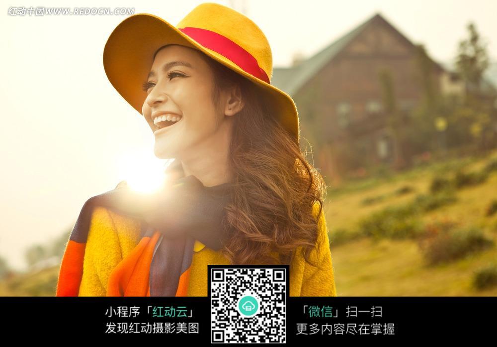 阳光下开心笑的女子写真图片