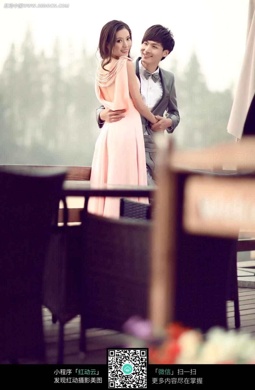图片抱着的情侣的婚纱图片_帅哥老外美女美女走光新人图片