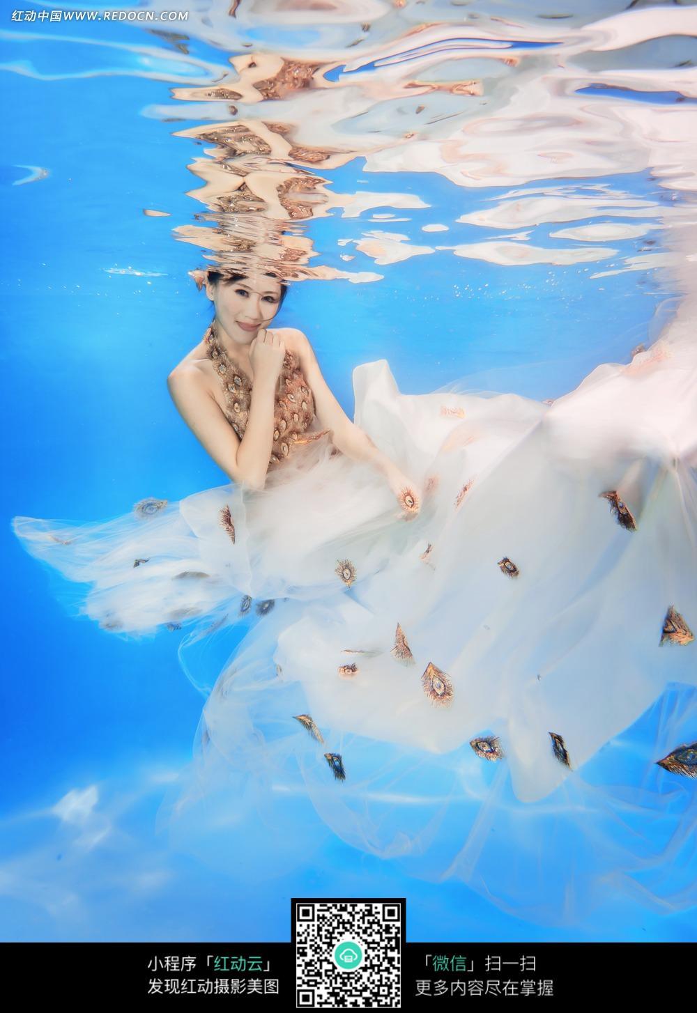 水中长裙美女婚纱摄影图片