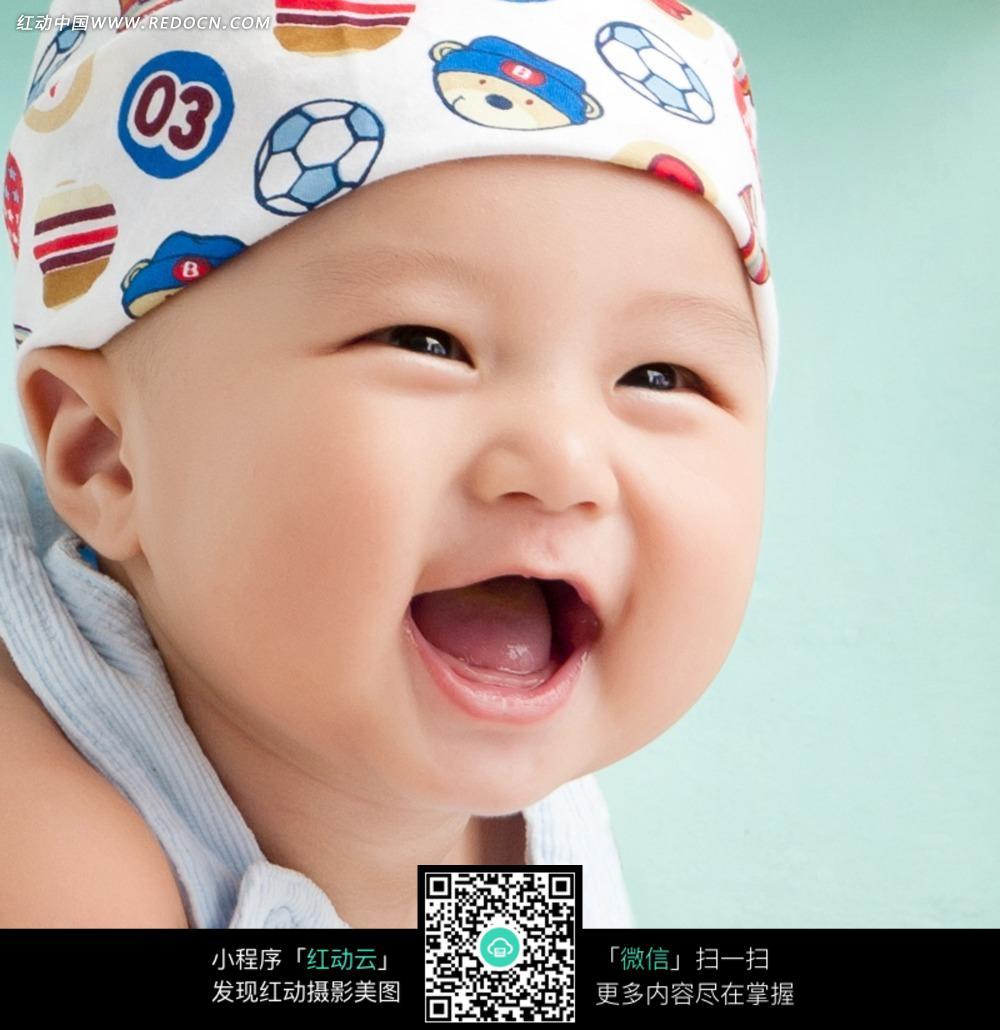 戴花头巾大笑的可爱宝宝