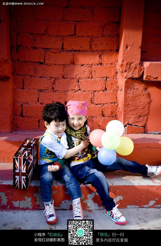 两个小孩抱在一起的写真