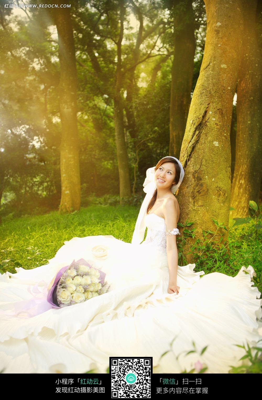小女孩luotizaicaodishang_美女坐在草地上的婚纱样片