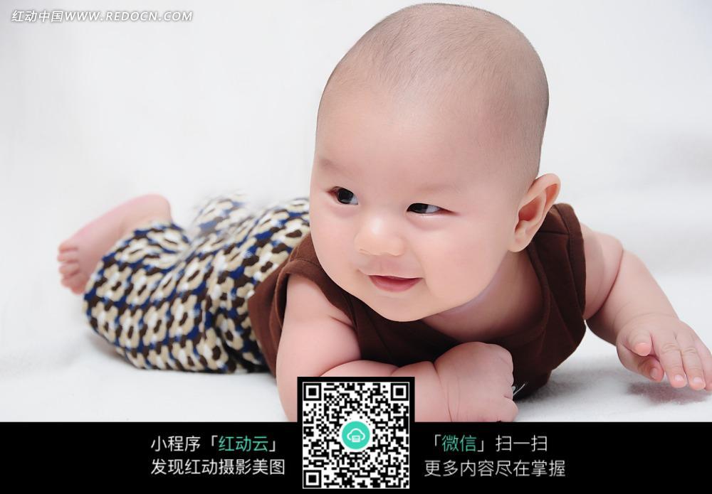 趴着微笑的 光头宝宝 图片 儿童幼儿图片