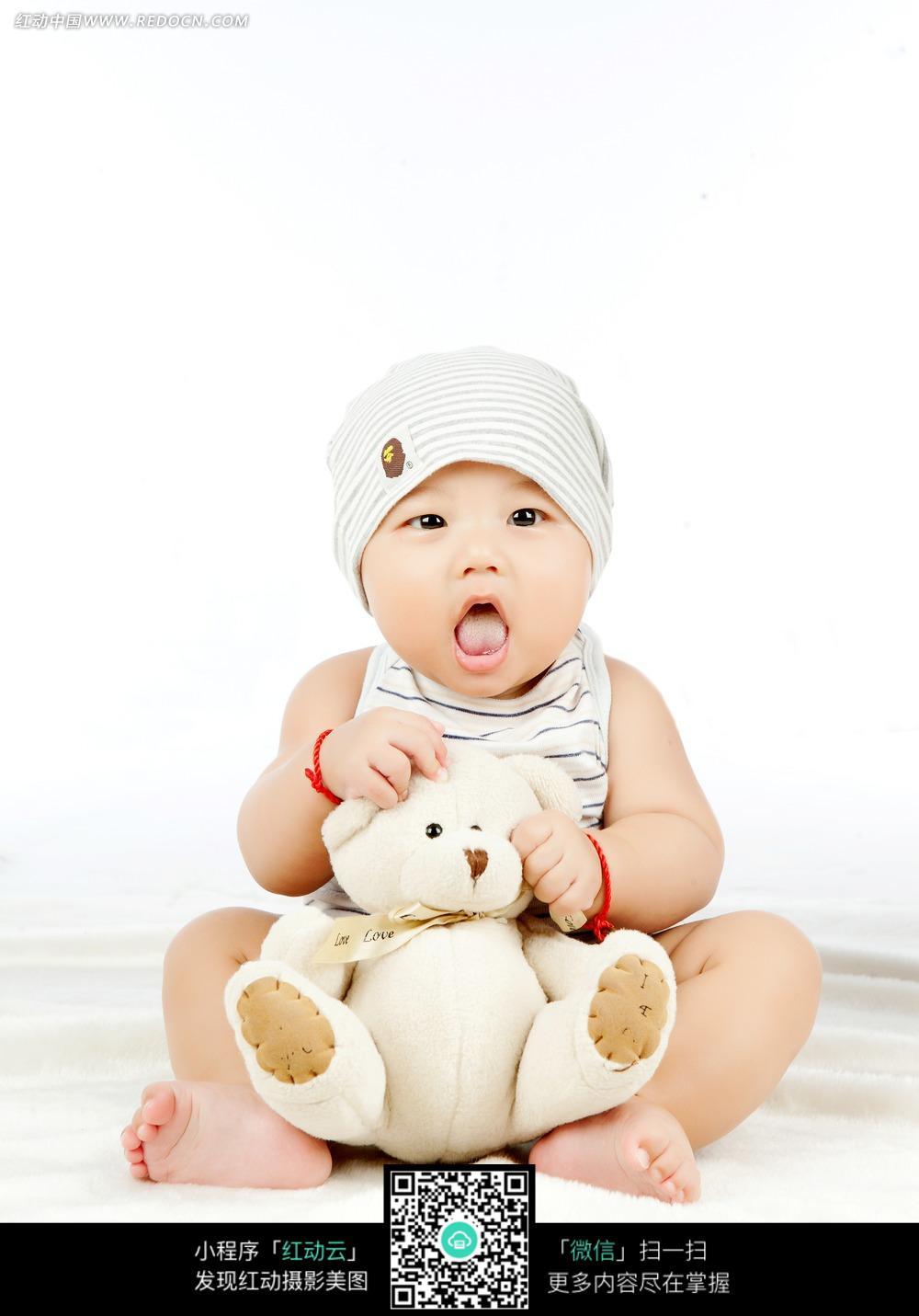 坐着抱玩具熊吐舌头的宝宝_儿童幼儿图片