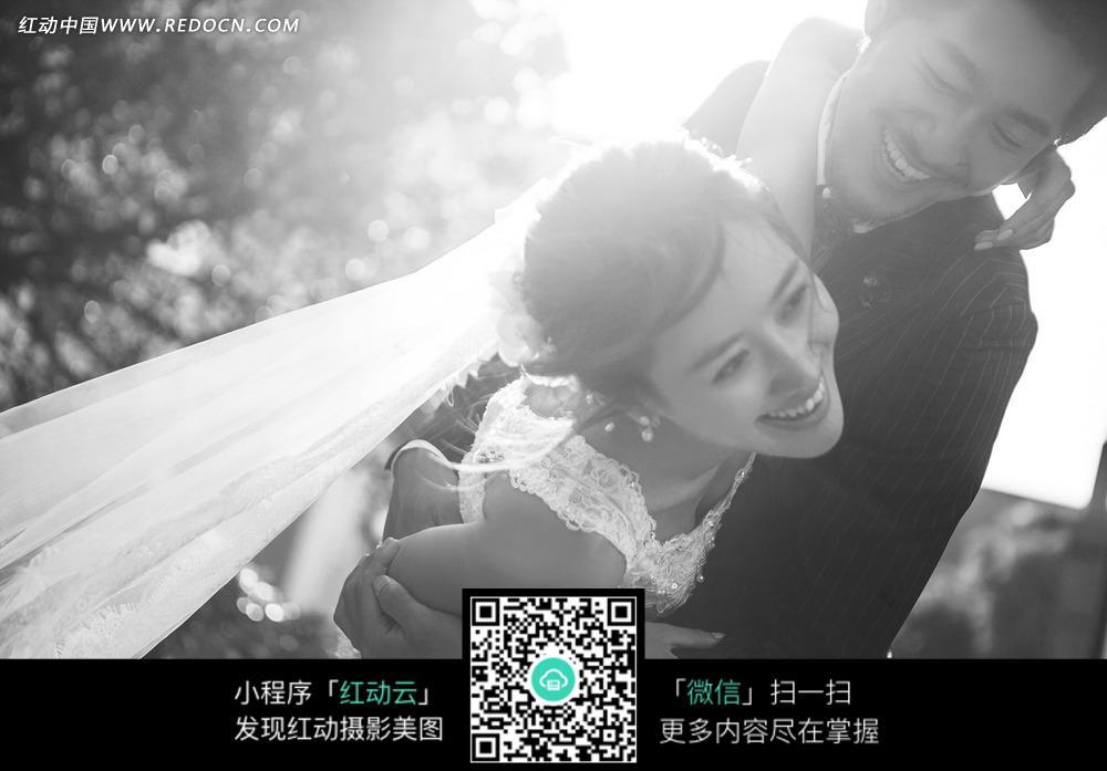 散场的拥抱mv_微笑拥抱的情侣婚纱摄影