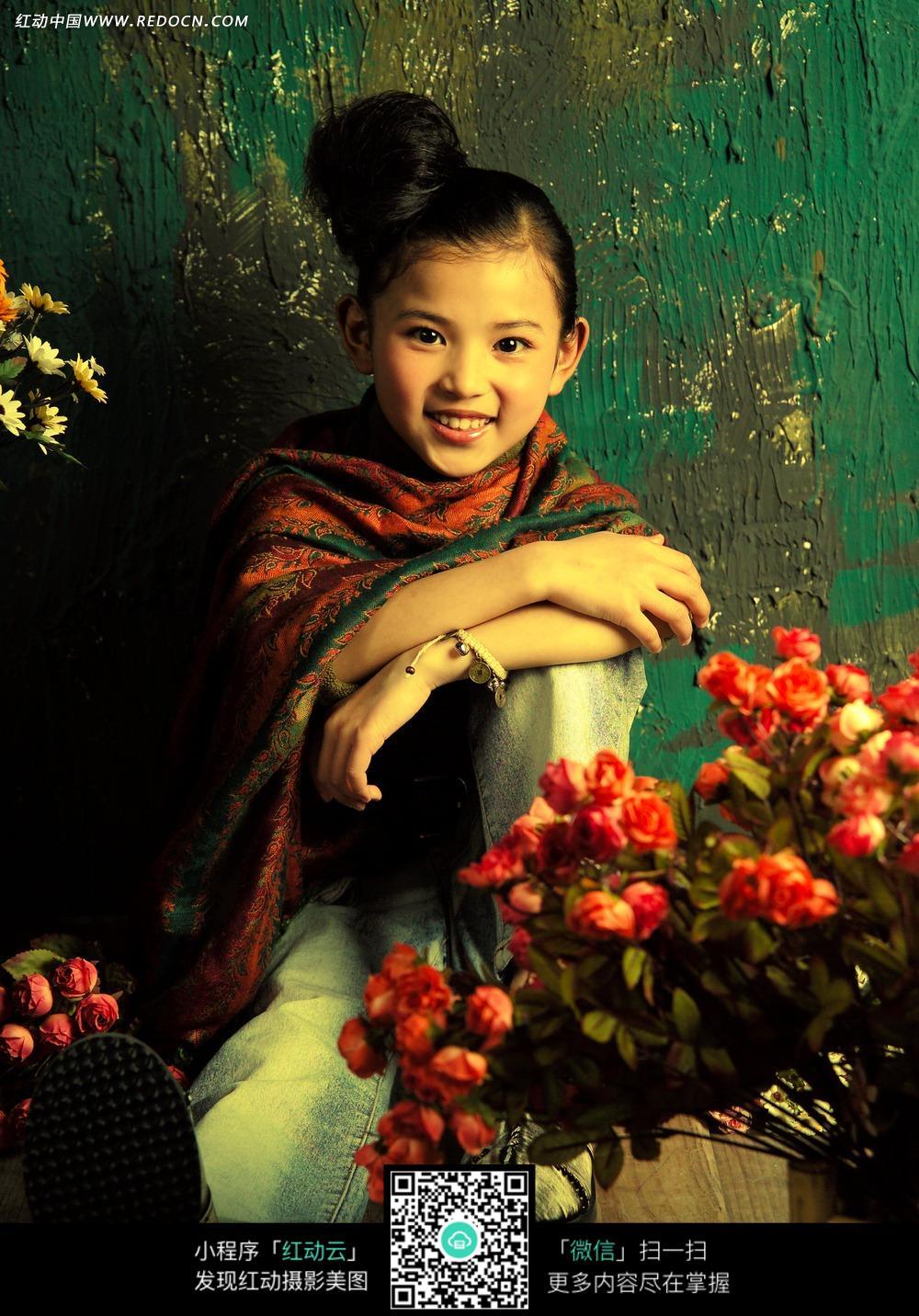 花朵和微笑的女孩写真摄影
