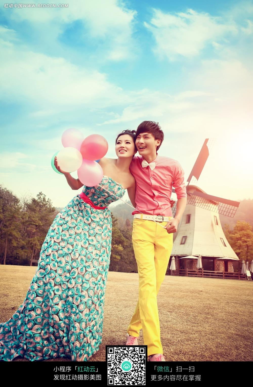 手拿气球的情侣婚纱摄影