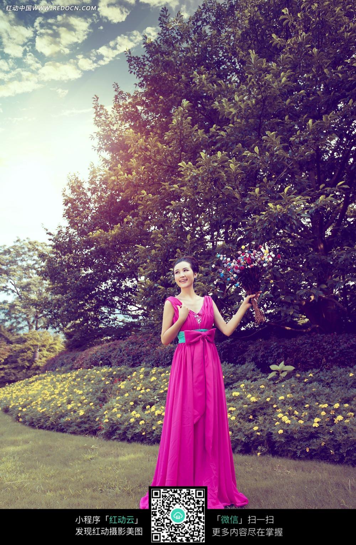 手拿鲜花的美女婚纱摄影