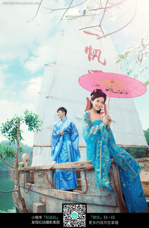 帆船和古装情侣婚纱摄影图片